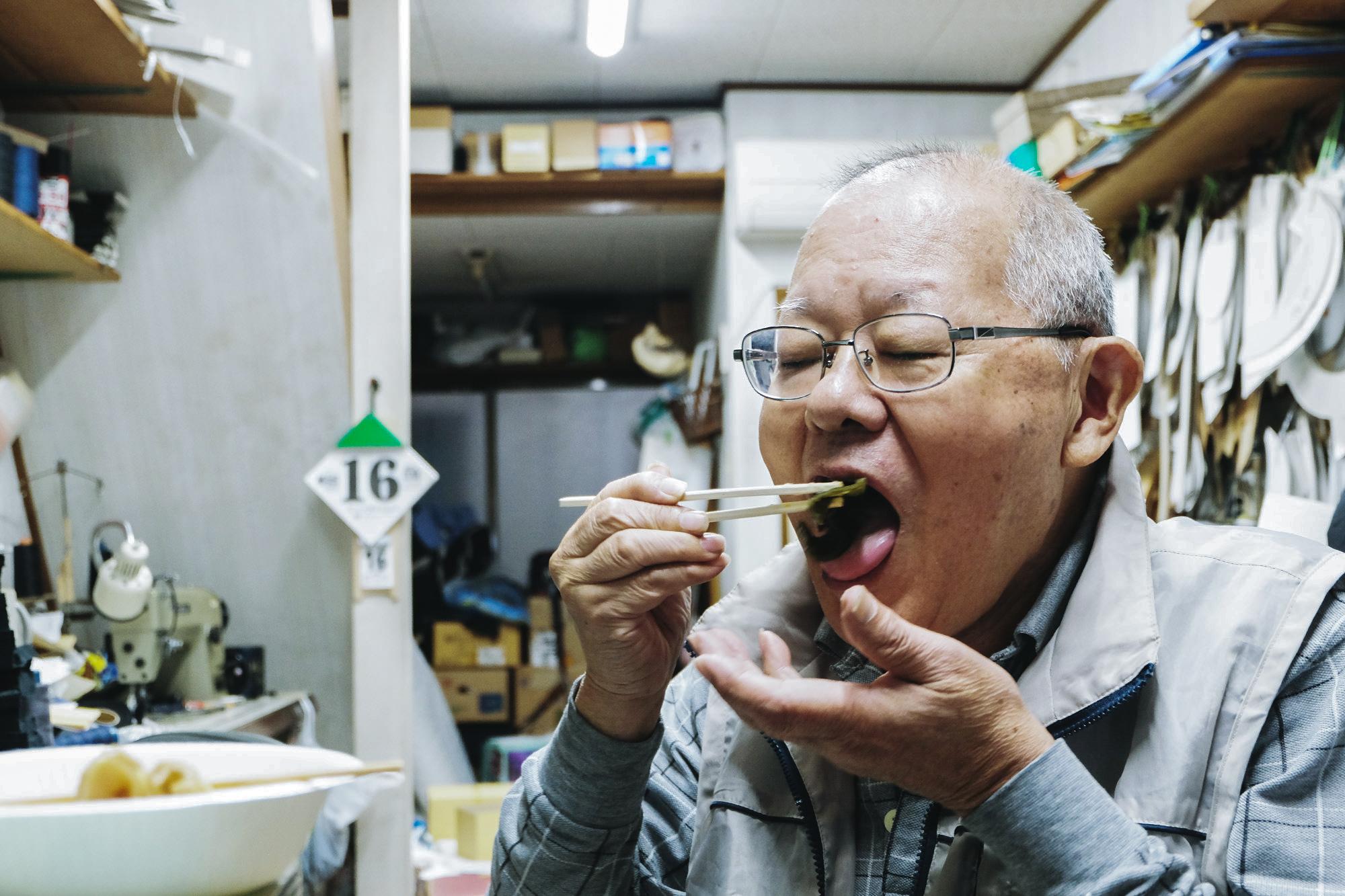 帽子のヒラジマ、平島さんに今回イベントで提供する再現おでんをご試食いただいた