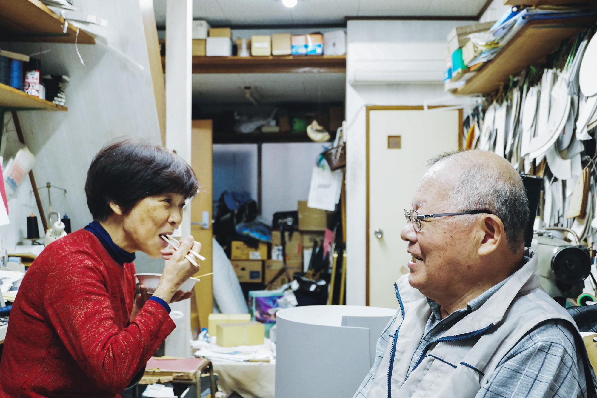 帽子のヒラジマ、平島さん夫妻に今回イベントで提供する再現おでんをご試食いただいた